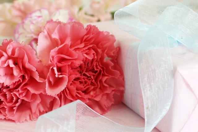母の日のカーネーションとプレゼント