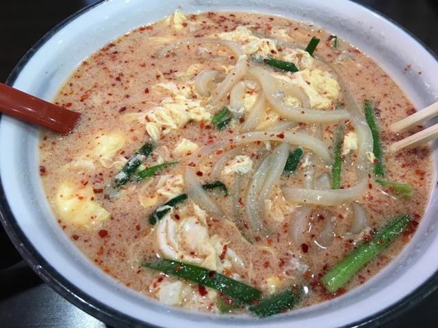 唐辛子を混ぜた白い辛麺