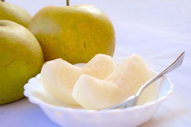 梨を切って皿に盛る