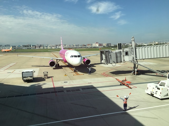 搭乗前のpeach航空機