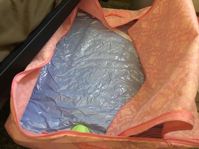 圧縮した布団を収納袋に入れる