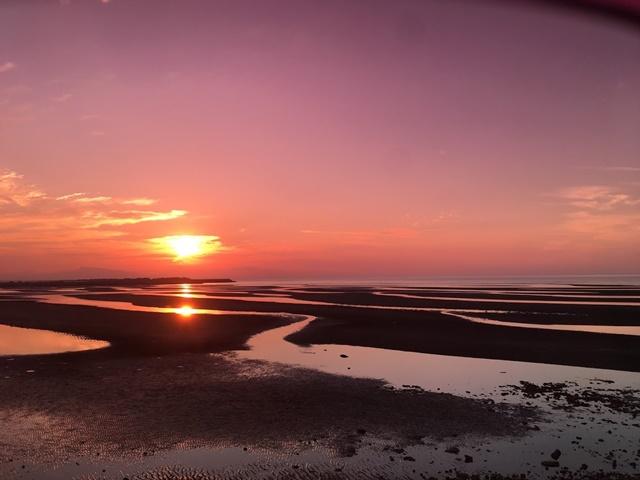 サングラス越しの真玉海岸の夕日