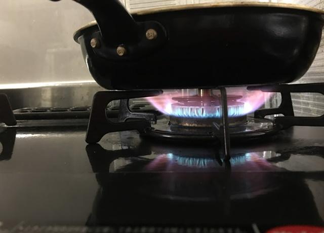 ガスコンロの赤い炎