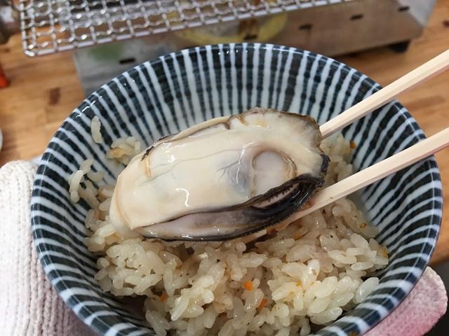 焼き牡蠣を牡蠣飯に乗せて食べる