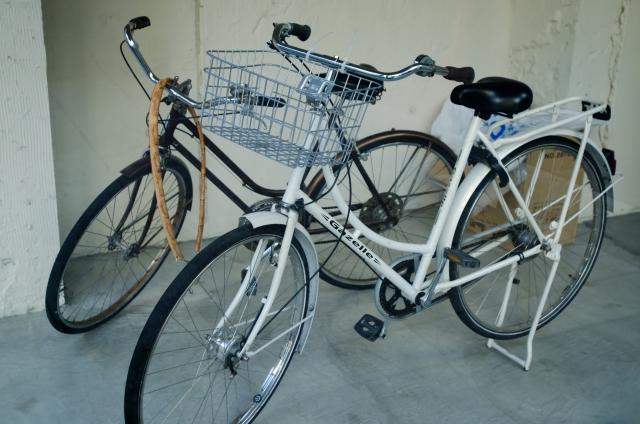 2台並べて駐輪する自転車