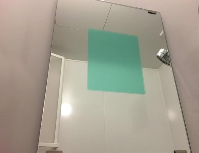 浴室の鏡にくもり止めフィルムを貼る