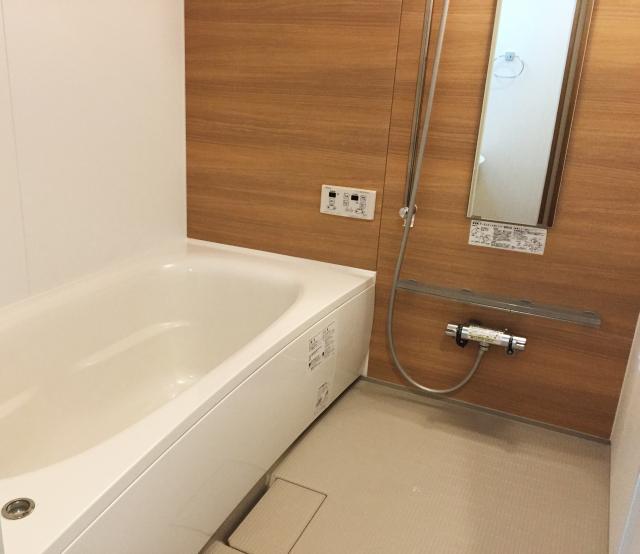 鏡のある浴室