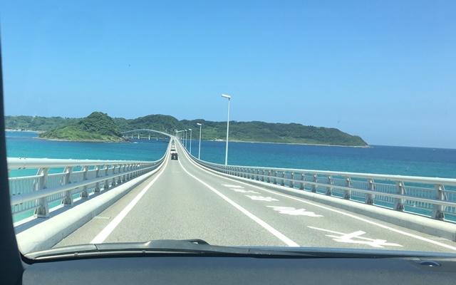 車で角島大橋を渡る