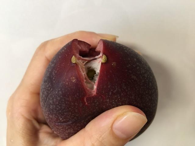 手で割ったパッションフルーツ