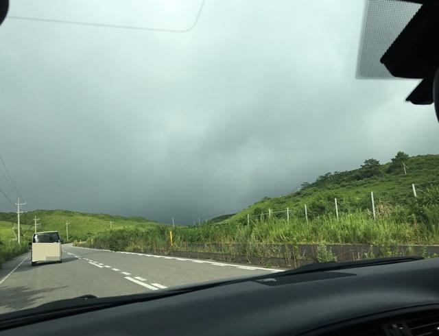 雨雲が立ち込める山間