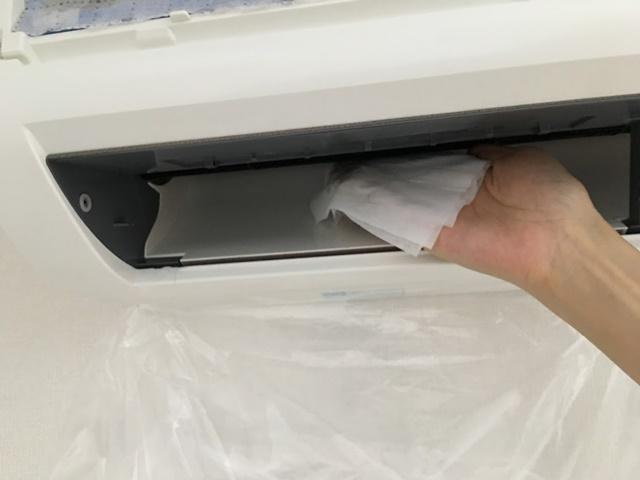 エアコンのファンを除菌シートで拭く