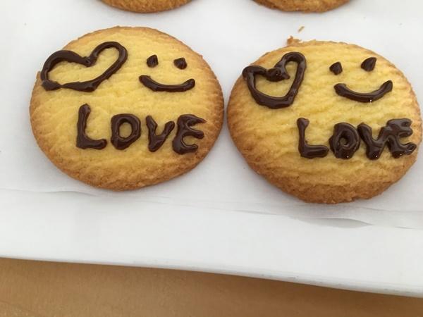 チョコペンでクッキーにイラストを描いた