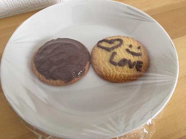 デコレーションクッキーにラップをかける
