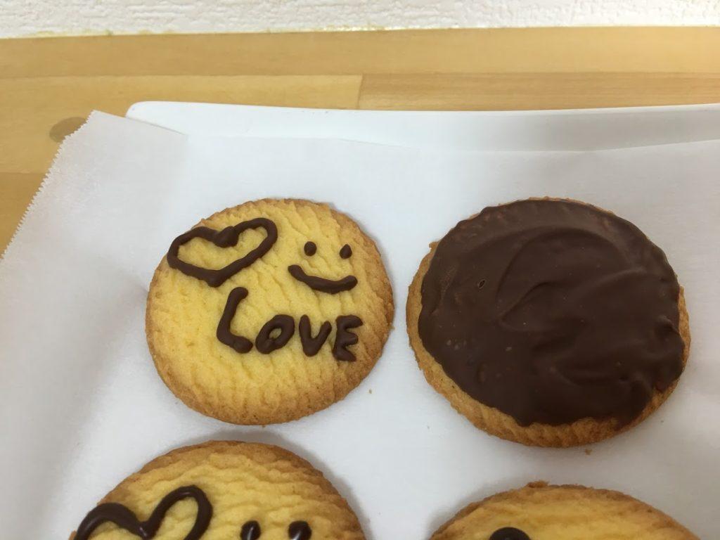 クッキーに市販のチョコでイラストを描く