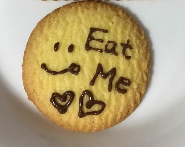 クッキーを代用チョコペンでデコレーション
