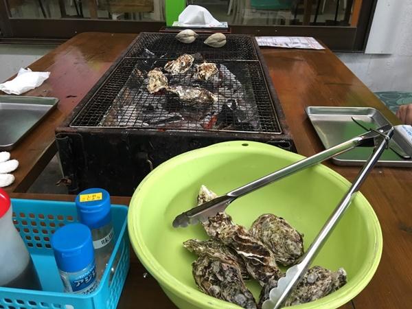 炭火で焼く牡蠣小屋