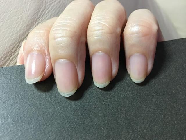 HOMEIのピールオフベースコートを塗った爪