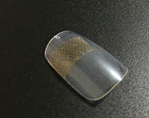 割れた爪を絆創膏で補強するイメージ