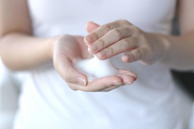 泡ソープを手の平にとる女性