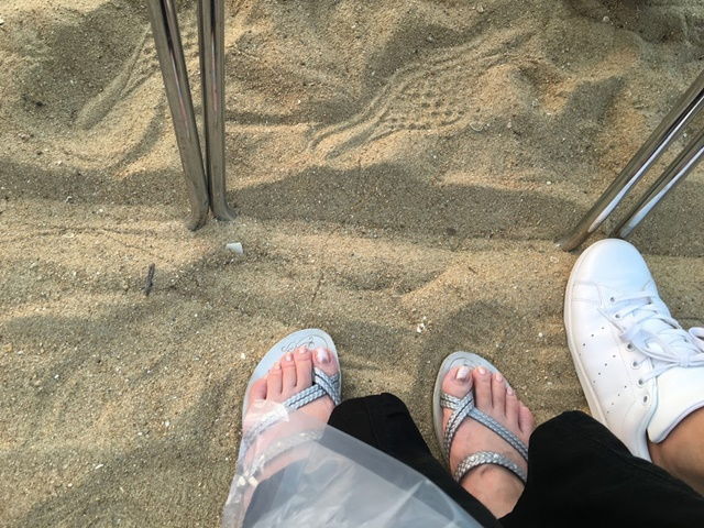 砂浜なのでビーチサンダルで